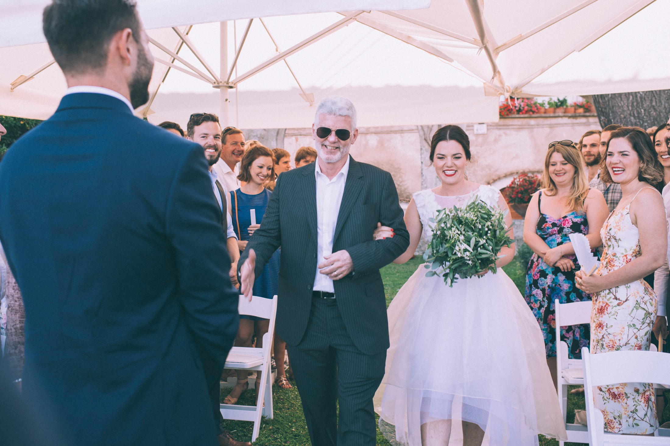 the bride arrives to the aisle with her father