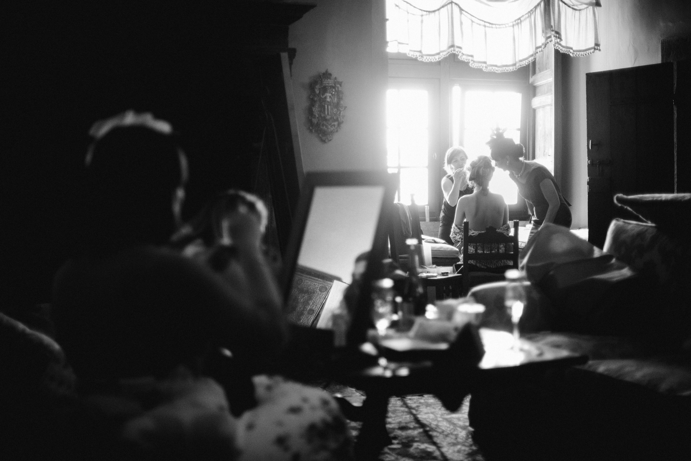 bride getting ready with mother and friends black and white bracciano