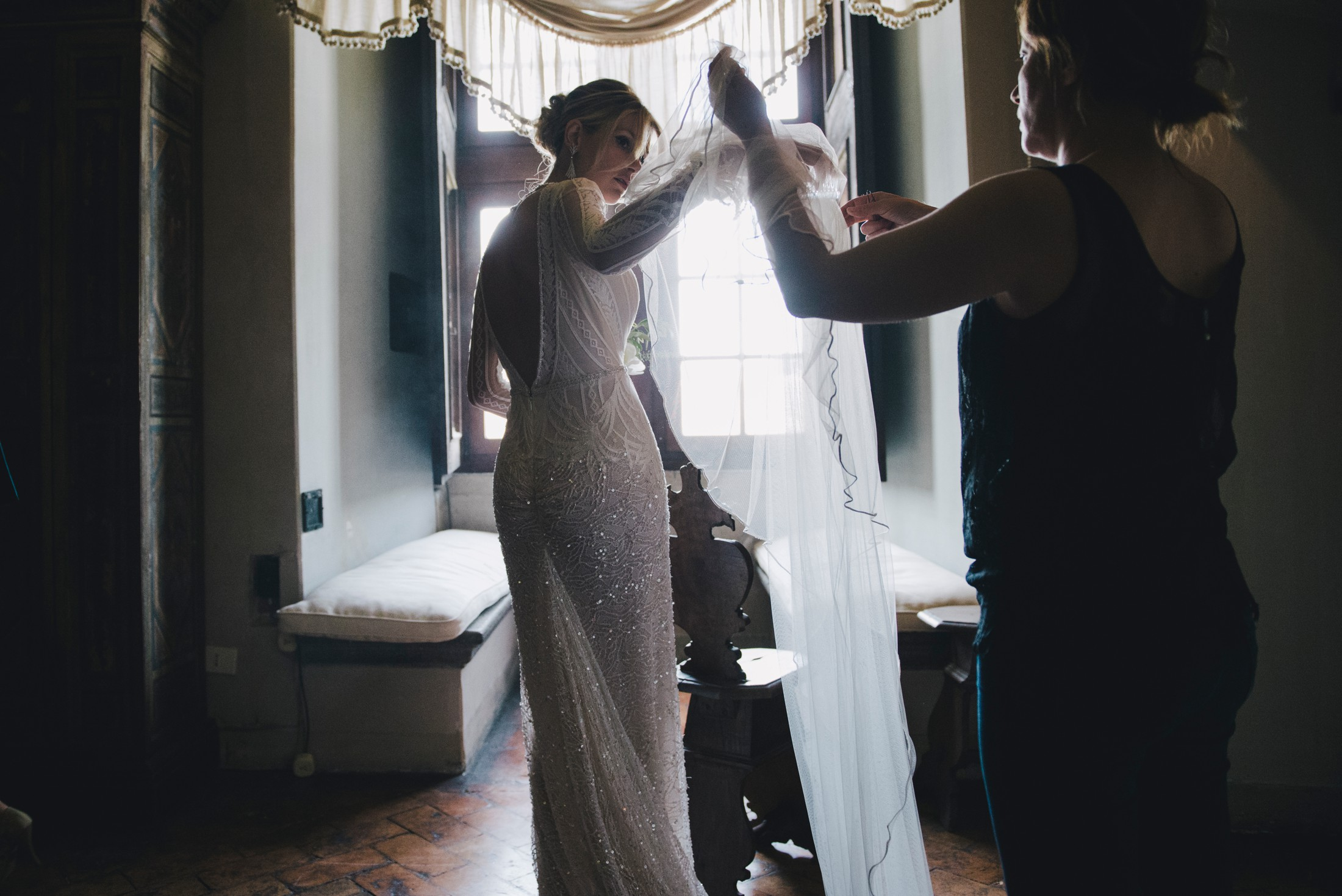 bride wearing the veil wedding in bracciano