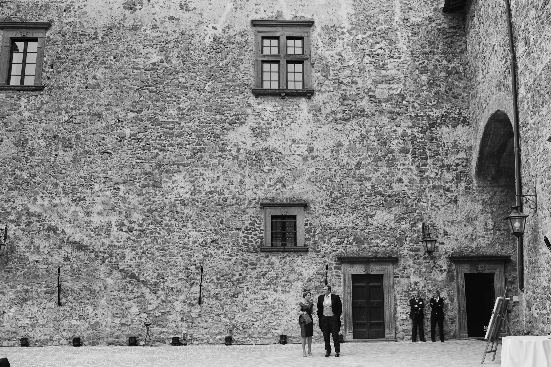 bride's mother and father at bracciano castle in black and white