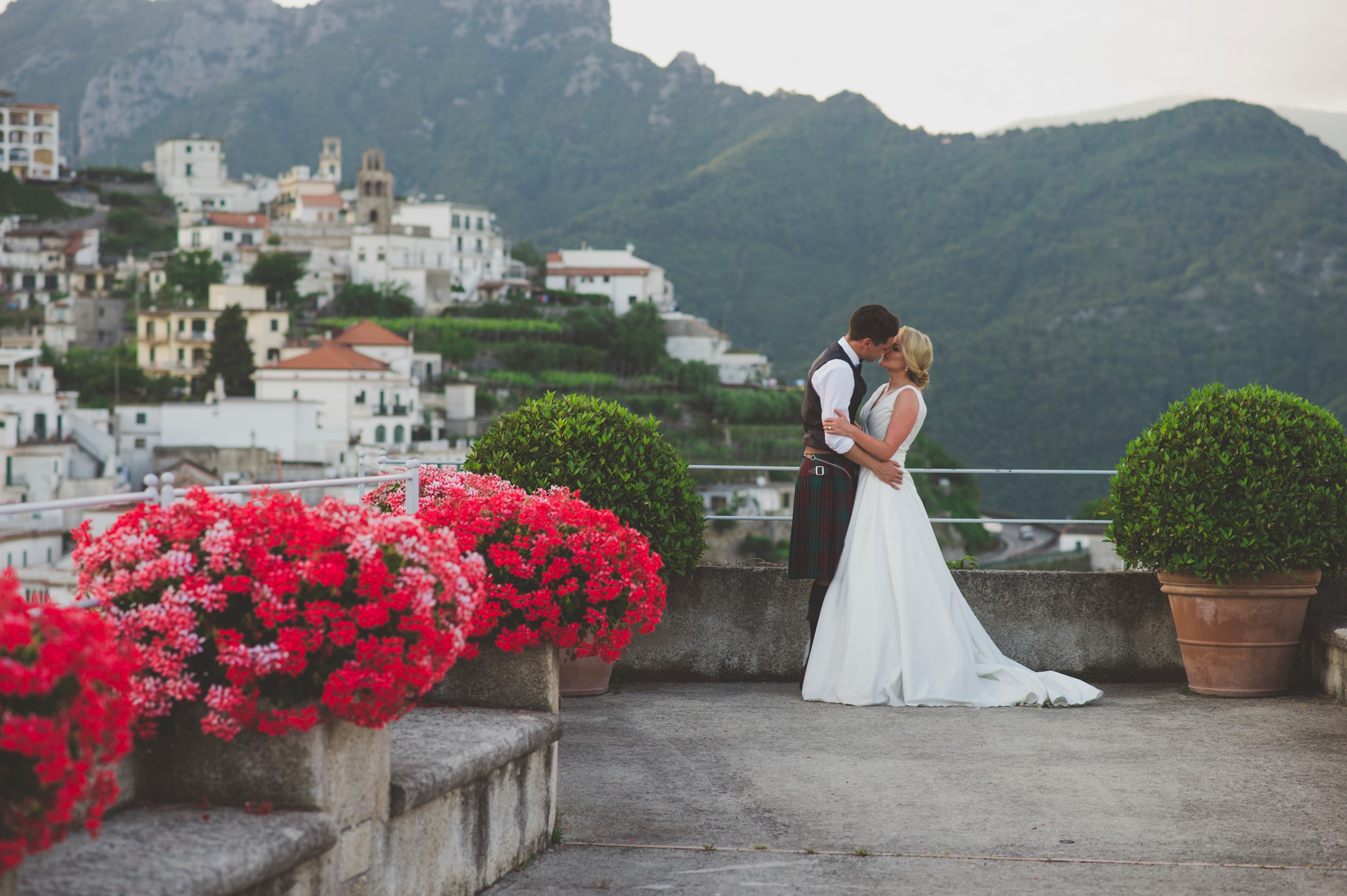 bride and groom kissing wedding in ravello