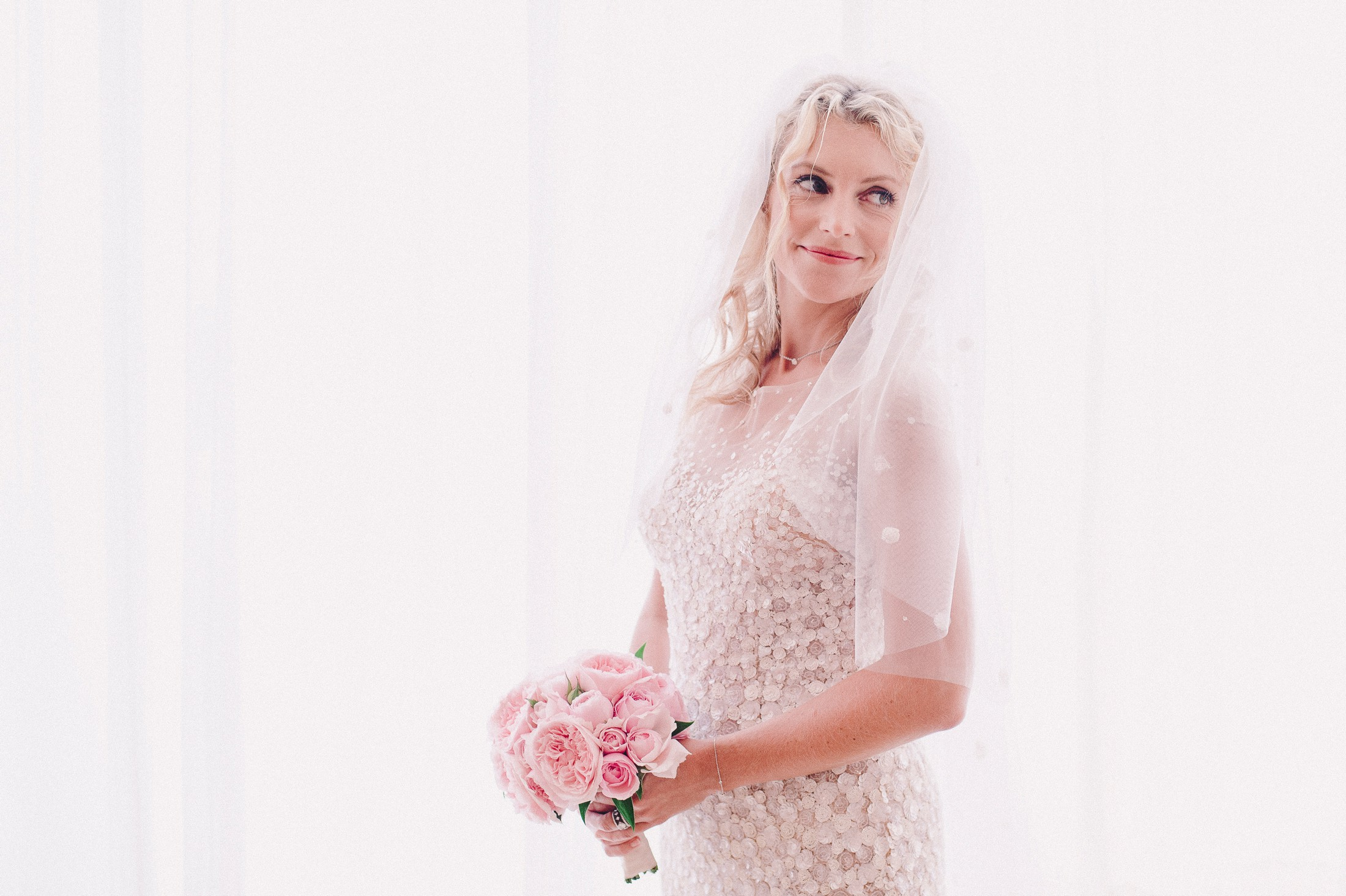 bride's portrait with the wedding veil and the bouquet