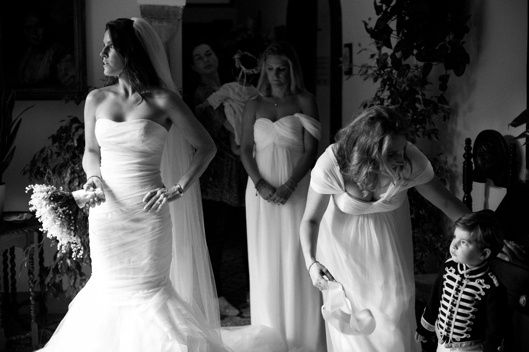the bride and her bridesmaids before leaving the hotel room