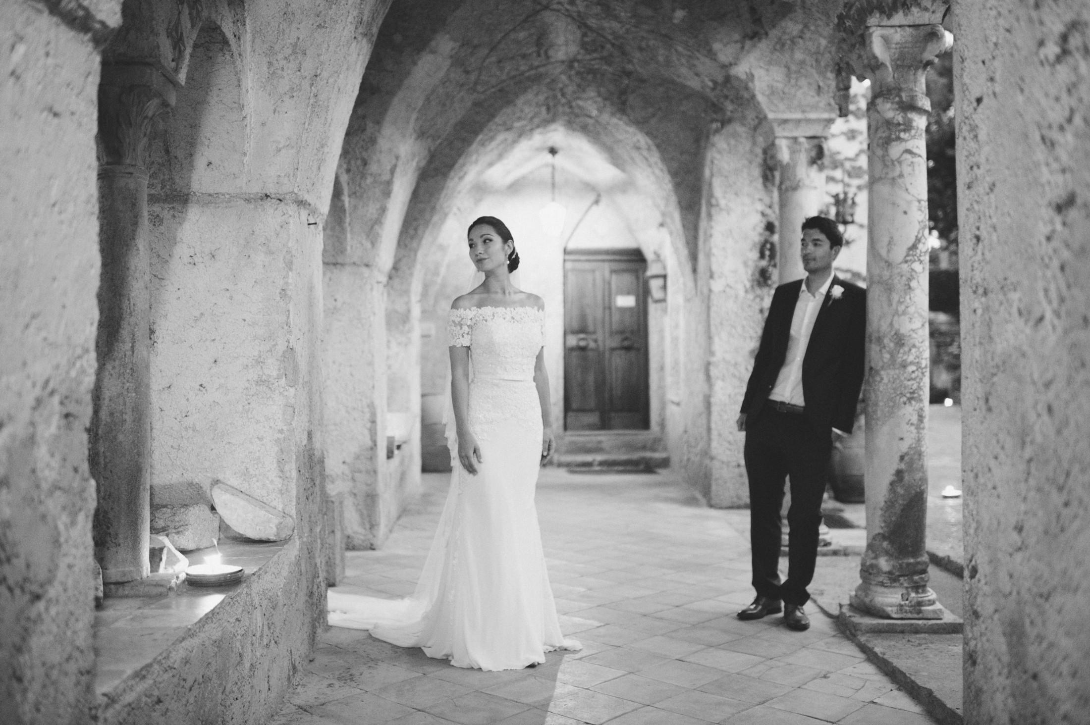 bride and groom's portrait in villa cimbrone black and white